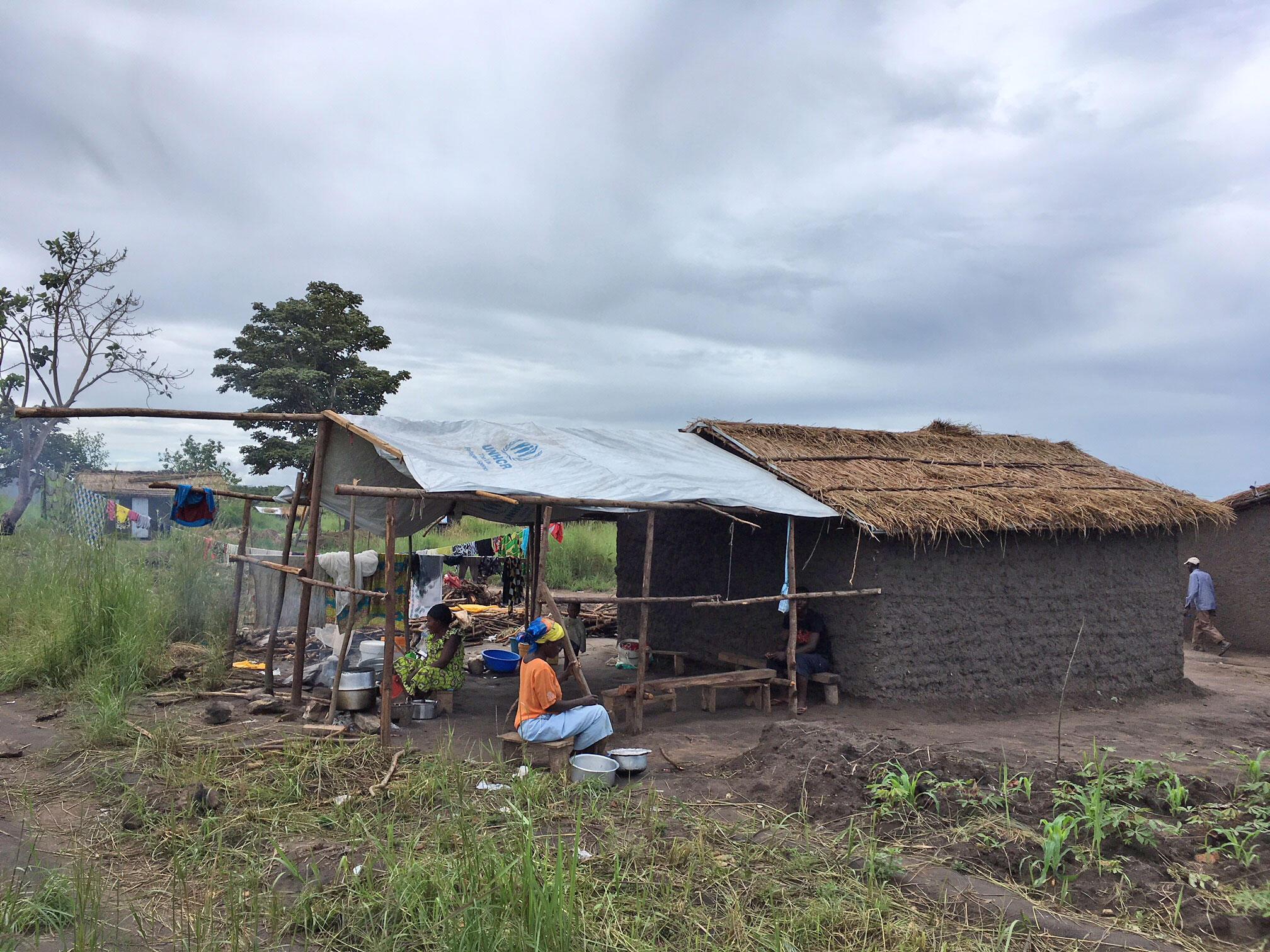 Un exemple de maison en torchis construite par une famille grâce à un kit fourni par le HCR.
