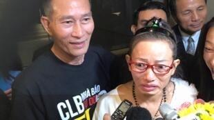Bà Tạ Phong Tần được cộng đồng người Việt đón tại phi trường Los Angeles tối ngày 19/9/2015 ( giờ Los Angeles)
