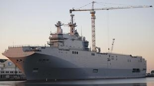 The Mistral-class helicopter carrier Vladivostok at the STX Les Chantiers de l'Atlantique shipyard site in Saint-Nazaire, 4 September 2014.