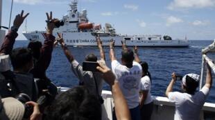 Tàu Tuần duyên Trung Quốc đang tìm cách cắt đường tàu tiếp tế Philippines trên đường đến bãi Second Thomas Shoal (Trường Sa) ngày 29/03/2014. Ảnh của phóng viên Reuters trên tàu Philippines.