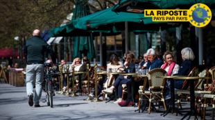Des gens sont assis dans un restaurant à Stockholm le 8 mai 2020, au milieu de la pandémie de coronavirus Covid-19.