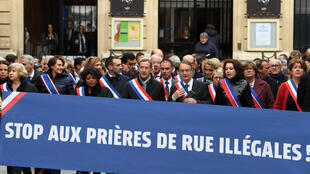Une centaine d'élus était réunie à l'appel du maire de Clichy-la-Garenne, ce vendredi 10 novembre, pour manifester contre les prières de rue.