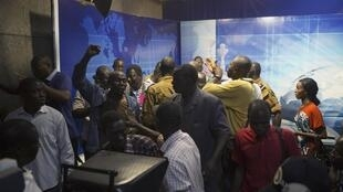Bousculade sur le plateau de la télévision nationale, à Ouagadougou, où un général et une députée ont voulu tour à tour se proclamer chef de l'Etat, dimanche 2 novembre.