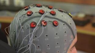 Un casque électroencéphalographe permet de piloter le robot motorisé imaginé par les chercheurs de l'École polytechnique fédérale de Lausanne.