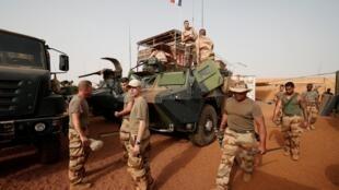سربازان فرانسوی در ساحل