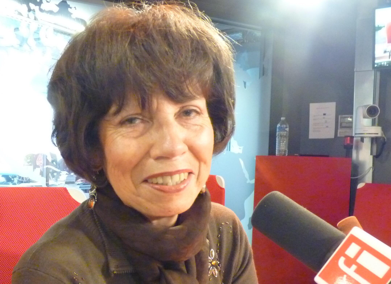 La presidente del CECUPE Yolanda Rigault en los estudios de RFI en París