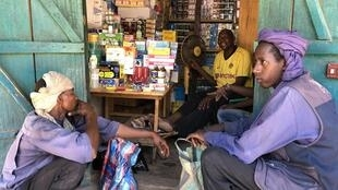 Des éleveurs peuls viennent chercher des médicaments sur le chemin du retour vers le Tchad, à Paoua, le 16 mai 2020.