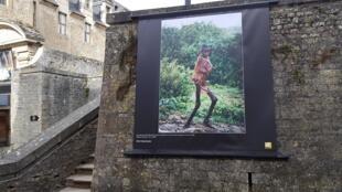 Dans les rues de Bayeux, lors de l'exposition Miroir sur le monde, d'Alfred Yaghobzadeh.