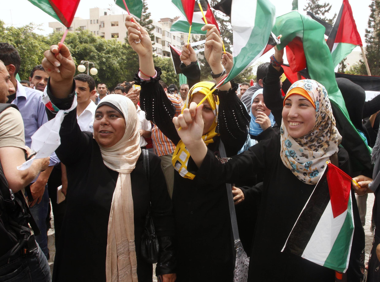 Palestinos vão às ruas celebrar reconciliação entre as facções rivais Hamas e Fatah.