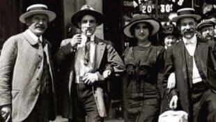 Détail de la couverture du livre de Philippe Mellot : Paris en guerre, 1914-1918. Le quotidien des femmes, des enfants, des vieillards, des « embusqués » et des profiteurs, publié aux éditions Omnibus.