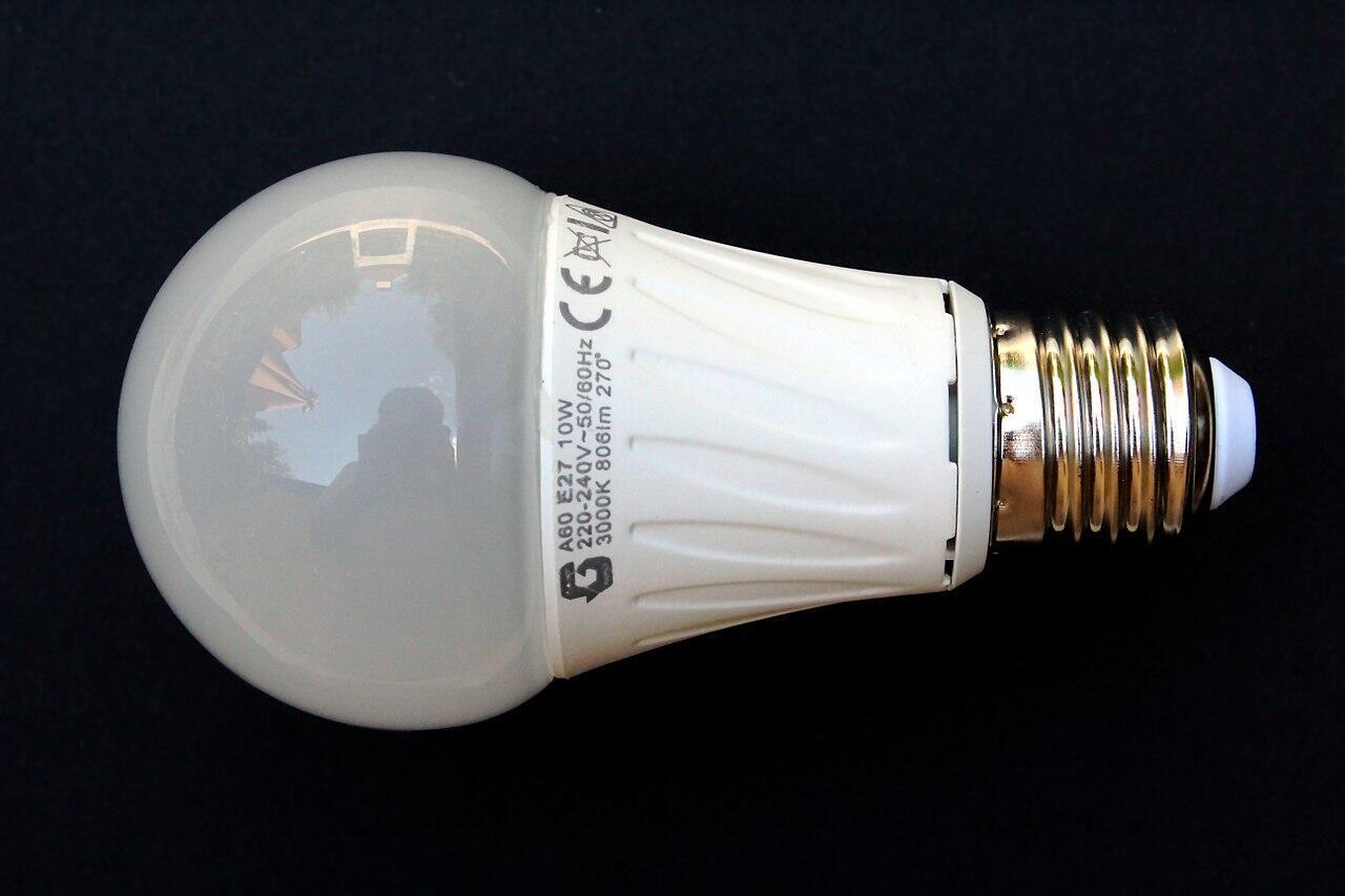 """En esta bombilla LED de luz """"cálida"""" se puede ver que la temperatura indicada del color es de 3000 ° Kelvin, menos agresiva para la retina."""