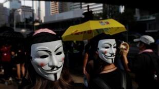 香港示威者抗议禁蒙面法。