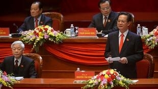 Thủ tướng Nguyễn Tấn Dũng (phải) và tổng bí thư Nguyễn Phú Trọng trong Đại hội Đảng 12, Hà Nội, ngày 21/01/2016