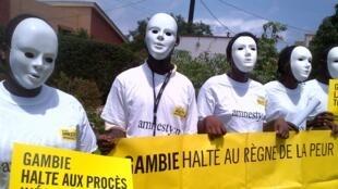 Manifestation d'Amnesty International et de la Ligue des droits de l'homme à Dakar en juillet 2013 pour demander à la communauté internationale de ne pas détourner les yeux de la Gambie.