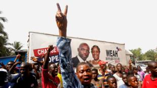 Des supporters de George Weah fêtent l'annonce de son élection à la présidence du Liberia le 28 décembre 2017.