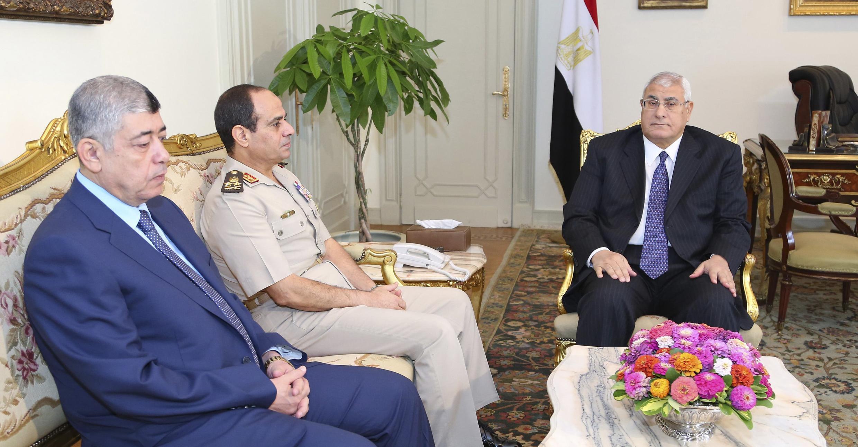 De gauche à droite: les ministres des l'Intérieur et de la Défense, Mohamed Ibrahim Youssouf et Abdel Fattah al-Sisi, avec le président par intérim Adly Mansour, en juillet au Caire.