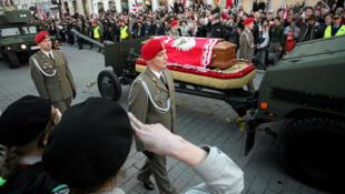 Le cercueil du président polonais Kaczynski escorté par des militaires, à Varsovie, le 17 avril 2010.