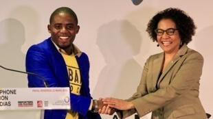 Rodriguez Katsuva du site Habari (RDC) recevant le prix Francophone de l'innovation dans les médias, des mains de la secrétaire générale de l'OIF, Michaëlle Jean, le 23 mars 2018.
