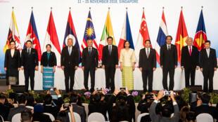 Các bộ trưởng Kinh Tế ASEAN chụp ảnh lưu niệm sau cuộc họp ngày 12/11/2018 tại Singapore