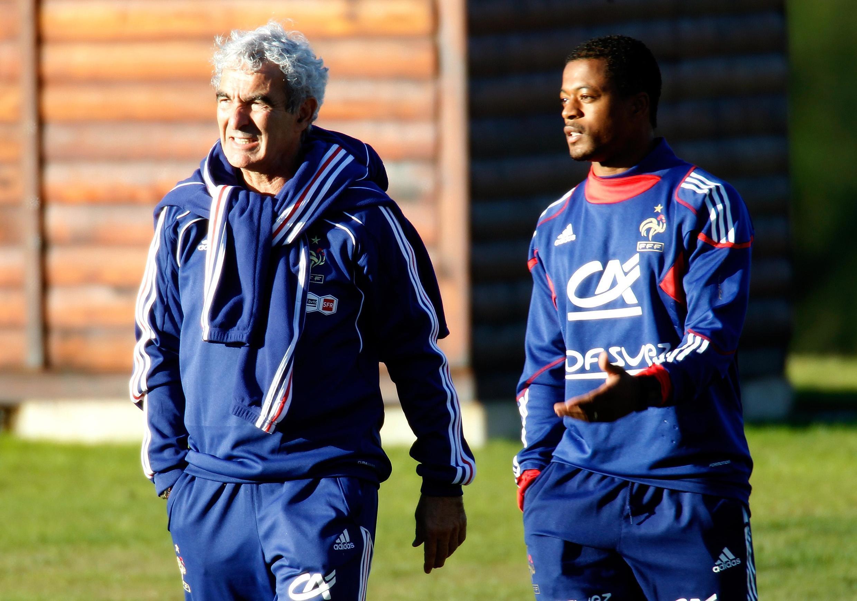 Тренер сборной Франции Рэмон Доменек и капитан команды Патрис Эвра 20 июня 2010