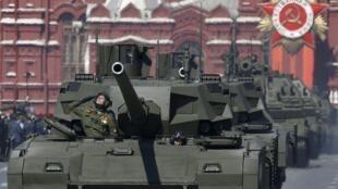 Le char «Armata» T-14, présenté par la Russie comme le meilleur char du monde, défile sur la place Rouge.