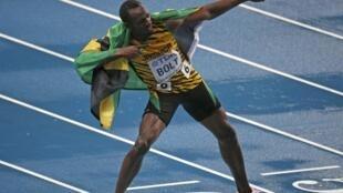 Usain Bolt comemora a vitória no Mundial de atletismo de Moscou.