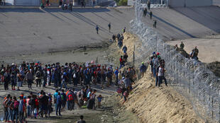 Người nhập cư Trung Mỹ tại đường biên giới giữa Hoa Kỳ và Mêhicô. Ảnh ngày 25/11/2018.