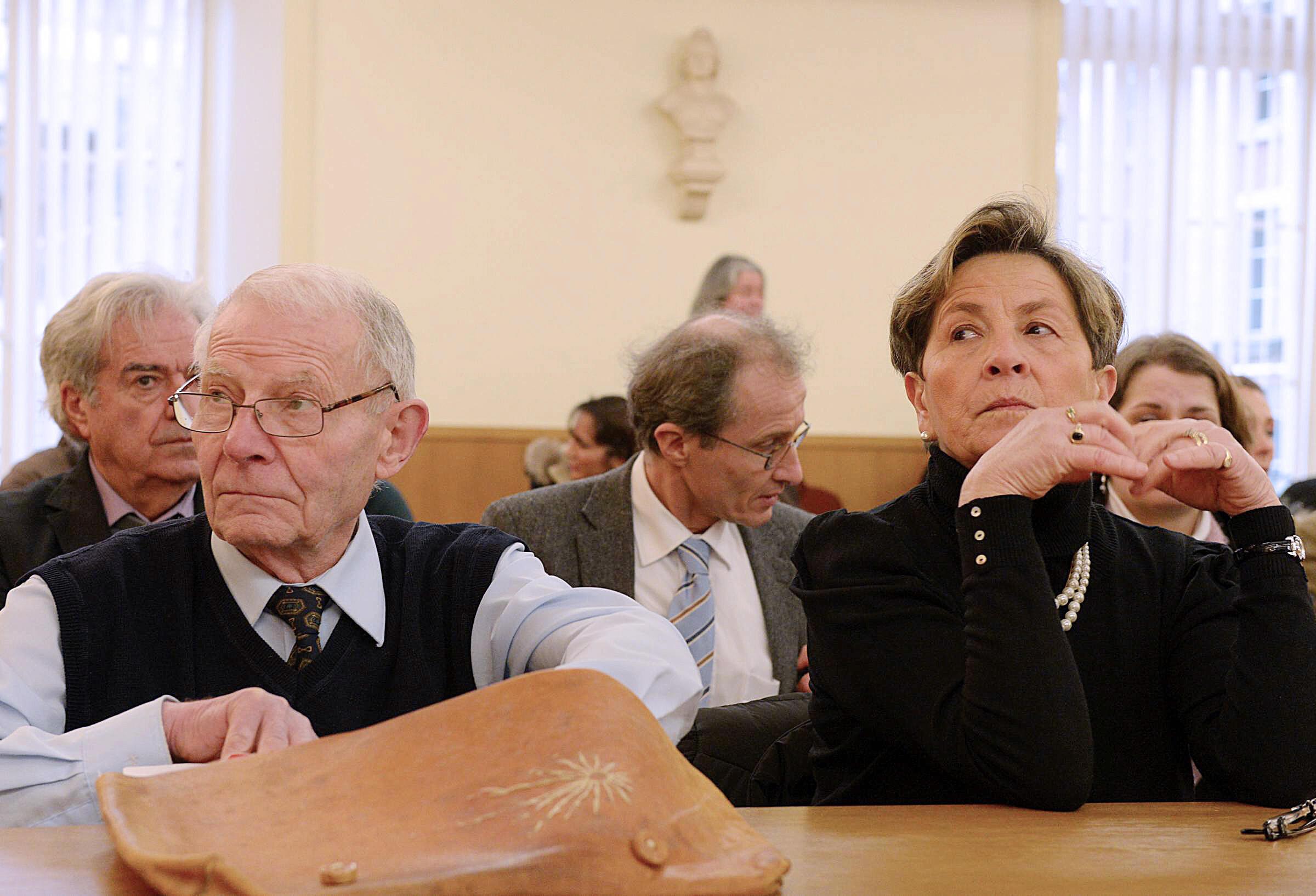 2014年1月15日,樊尚-朗贝尔的父母在法国北部某地行政法院听取相关裁决。