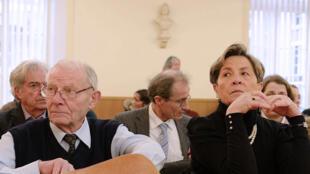 Los padres de Vincent, Pierre y Viviane Lambert, en el tribunal de Châlons-en-Champagne, este 15 de enero de 2014.