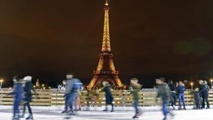 Pista de patinaje sobre hielo, creada en ocasión de las fiestas navideñas en Trocadero, al pie de la Torre Eiffel. Foto del 18 de diciembre de 2012.
