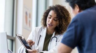 différences culturelles - médecin tablette patient