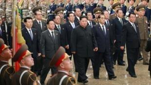Lãnh đạo Bắc Triều Tiên Kim Jong Un đi thăm cung điện Kim Nhật Thành, Bình Nhưỡng. (Ảnh do KCNA công bố 17/12/2019)