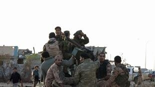 Des combattants fidèles au général Haftar à l'est de Benghazi, le 24 octobre.