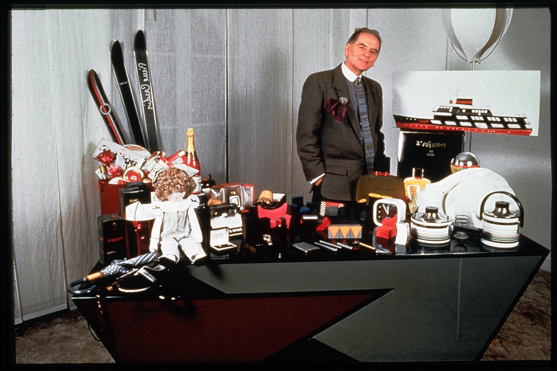 Pierre Cardin aux côtés de quelques uns des centaines de produits qui portent son nom.
