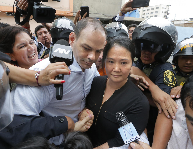 Keiko Fujimori junto a su esposo Mark Villanueva al llegar a la corte de Lima, el 20 de enero de 2020.