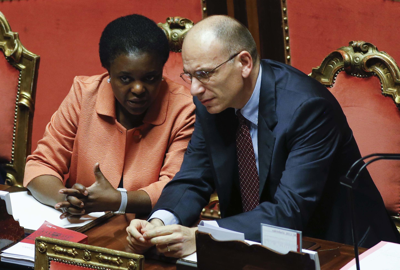 La ministre italienne de l'Intégration, Cecile Kyenge (g) et le président du Conseil italien, Enrico Letta (d), au Sénat, à Rome, le 19 juillet 2013.