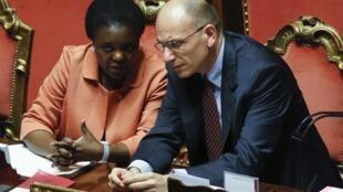 La ministre italienne de l'Intégration, Cécile Kyenge (g) et le président du Conseil italien, Enrico Letta (d), à Rome, le 19 juillet 2013. « Quelqu'un qui fuit une guerre, un conflit, ne peut être qualifié de clandestin...», a dit la ministre.