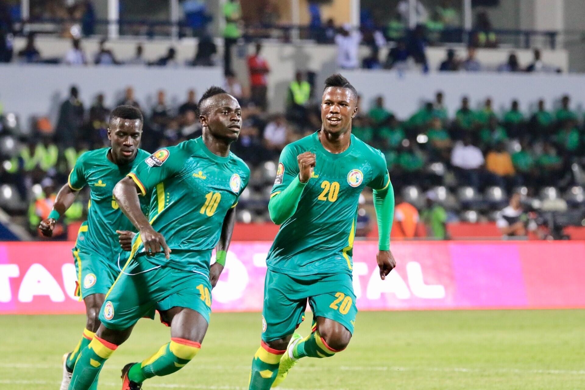 Wachezaji wa timu ya taifa ya Senegal, wakishangilia moja ya bao baada wa kuifunga Tunisia.