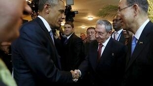 Raul Castro na Barack Obama katika ufunguxzi wa mkutano wa kilele wa viongozi kutoka nchi za Amerika unaofanyika Panama, Aprili 10 mwaka 2015.