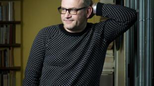 """Portrait de l'écrivain et éditeur Yves Pagès, à l'occasion de la sortie de son roman """"Encore Heureux""""."""