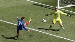Cú sút của Antoine Griezmann hạ gục thủ môn đội Ailen Randolph ngày 26/06/2016.