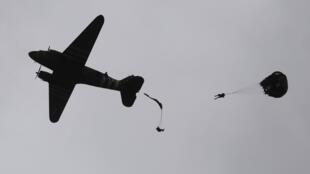 Largage de parachute au-dessus de Carentan, en Normandie, dans le nord-ouest de la France, le 5 juin 2019, dans le cadre des commémorations du jour J marquant le 75e anniversaire du débarquement allié de la Seconde Guerre mondiale en No