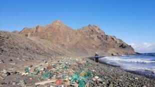 Imagem do plástico acumulado na ilha inabitada de Santa Luzia, Cabo Verde