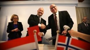 Ministros de Noruega e Holanda assinaram acordo na prisão de Norgerhaven.