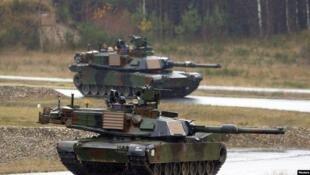 M1A2艾布拉姆斯坦克参与2014年11月18日美国与北约军队在德克萨斯州胡德堡举行的联合军演。