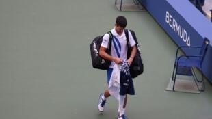 Le Serbe Novak Djokovic quitte le court après avoir été disqualifié, le 6 septembre 2020 à New York