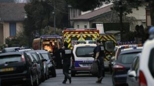 Улица Тулузы на подступах к дому тулузского убийцы, заблокированная полицией и пожарными 21/03/2012