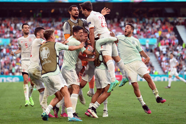 La joie des Espagnols, après le 5e but marqué contre la Croatie, lors des prolongations de leur 8e de finale de l'Euro 2020, le 28 juin 2021 à Copenhague