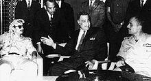 Gamal Abdel Nasser négocie un cessez-le-feu entre Yasser Arafat (à gauche) et le roi Hussein de Jordanie (à gauche), durant un sommet extraordinaire de la Ligue arabe le 27 septembre 1970, la veille de sa mort.