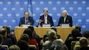 2015年12月18日,美國務卿克里(中),俄外長拉夫羅夫(左)和聯合國秘書長敘利亞問題特使德米斯圖拉在聯合國紐約總部出席記者會。